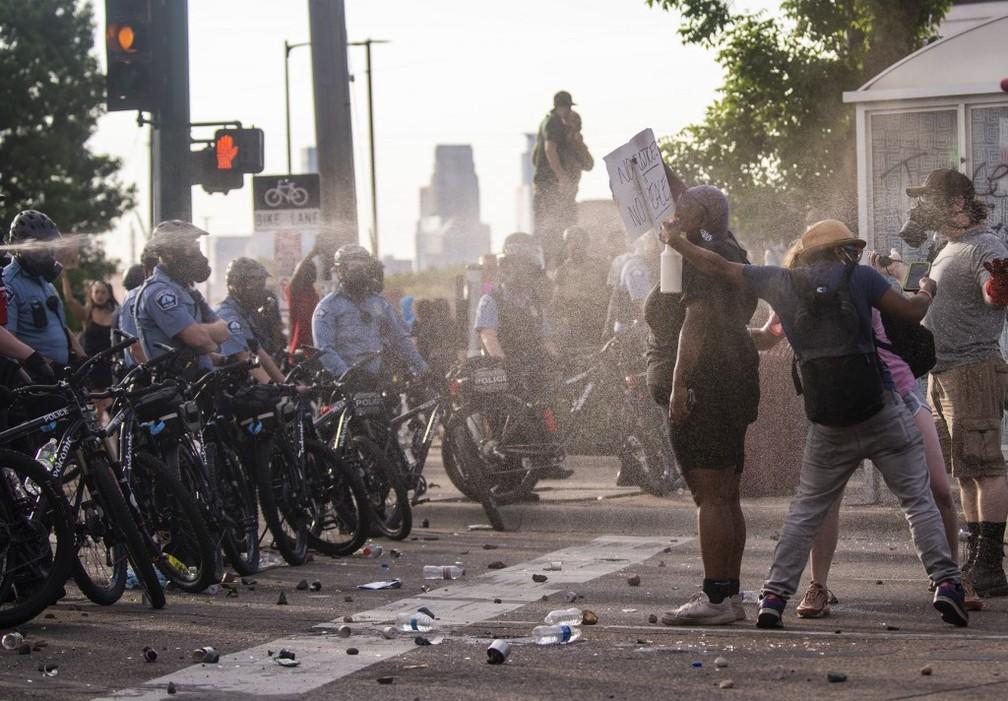 Manifestantes protestam contra morte de homem negro em Minneapolis, no dia 27 de maio de 2020 — Foto: Stephen Maturen / / Getty Images/ Via AFP