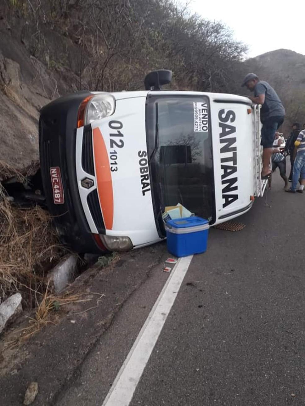 Motorista perde o controle e tomba van na CE-440, no Ceará. — Foto: Arquivo pessoal
