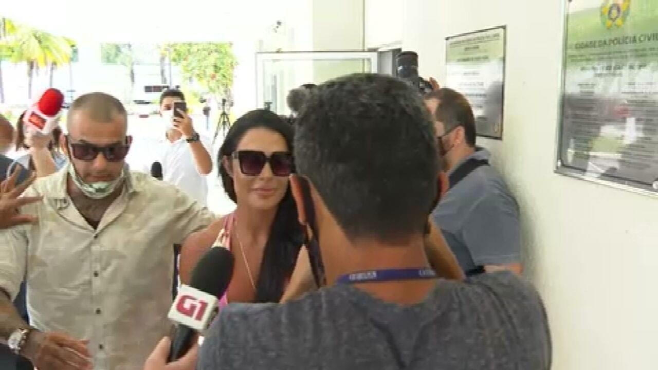 Gracyanne, mulher de Belo, visita marido na delegacia após prisão