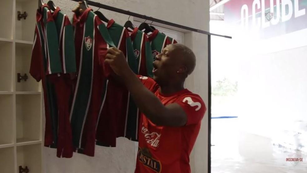 Lateral já esteve no CT Carlos Castilho e ganhou camisa do Fluminense — Foto: Reprodução / FluTV