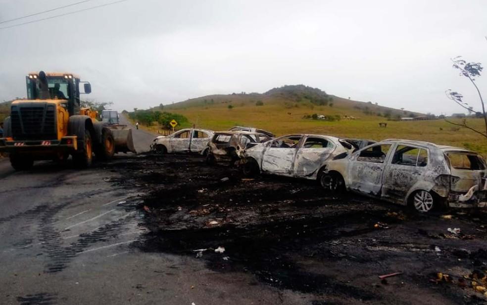 Carros que queimaram no incêndio provocado por um engavetamento no sul da Bahia — Foto: Divulgação/PRE