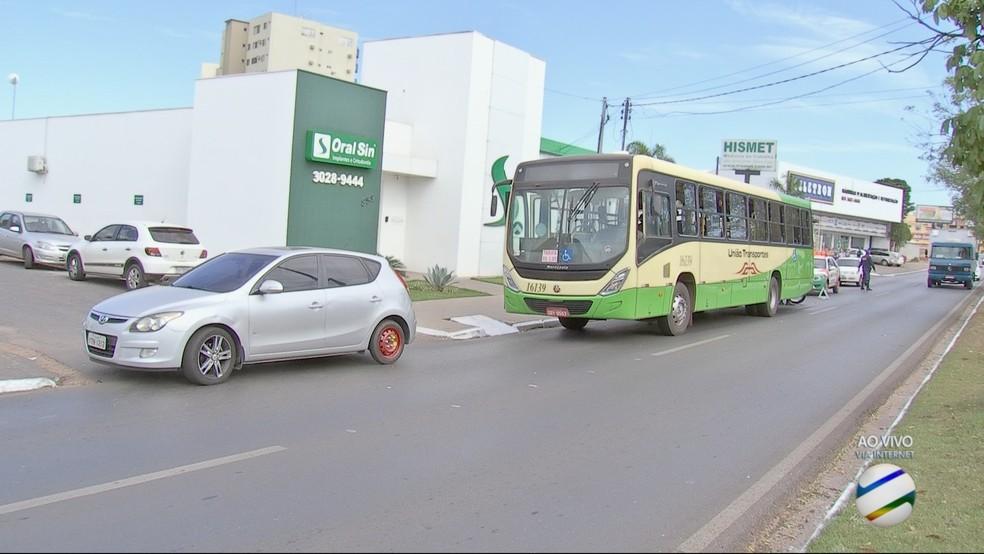 Batida foi leve e não causou danos aos veículos (Foto: TVCA/ Reprodução)