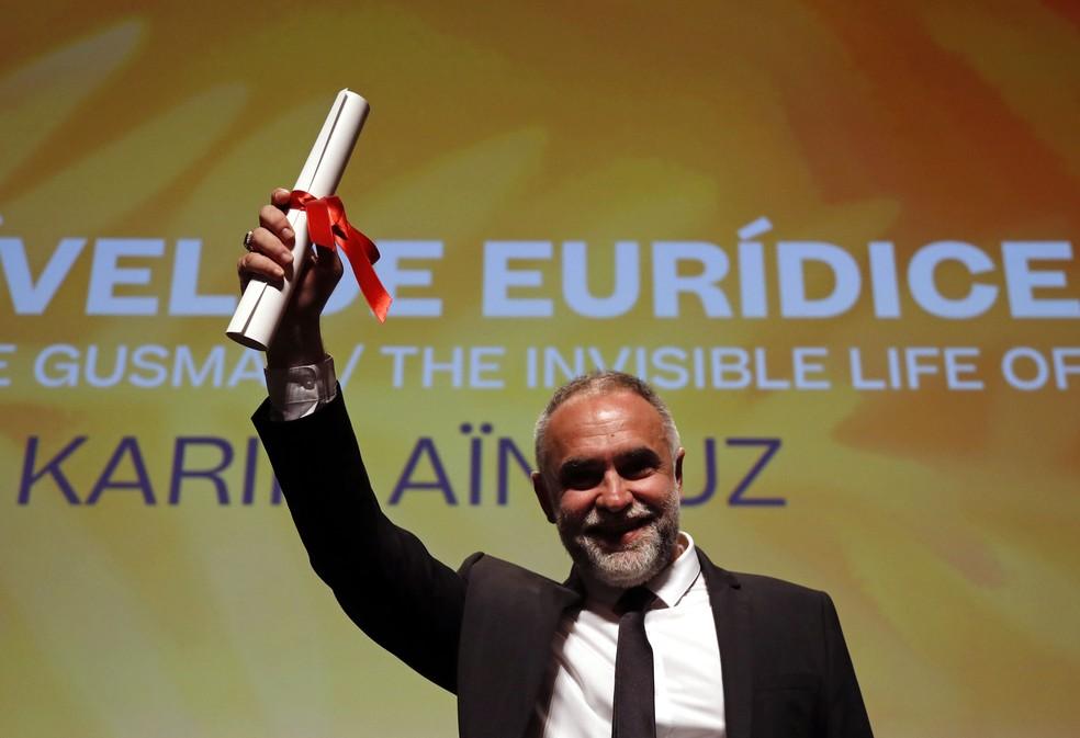 Karim Ainouz, diretor de 'A Vida Invisivel de Euridice Gusmao', recebe o prêmio da mostra Um Certo Olhar em Cannes 2019 — Foto: Reuters