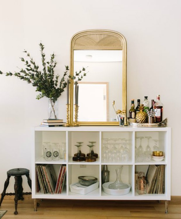 Use os nichos da estante para colocar as taças de vinho (Foto: Pinterest/Reprodução)