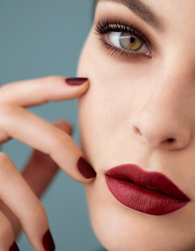 Oli responde - Para o inverno 2019, a Chanel lançou a Apotheosis, linha composta por sombras, blushes, batons, lápis de olho e esmaltes com textura aveludada e aparência fosca (Foto: Divulgalção)