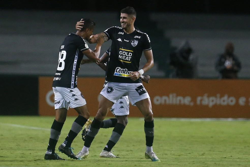 Cícero comemora com Pedro Raul gol do Botafogo contra o Coritiba — Foto: Vitor Silva/Botafogo