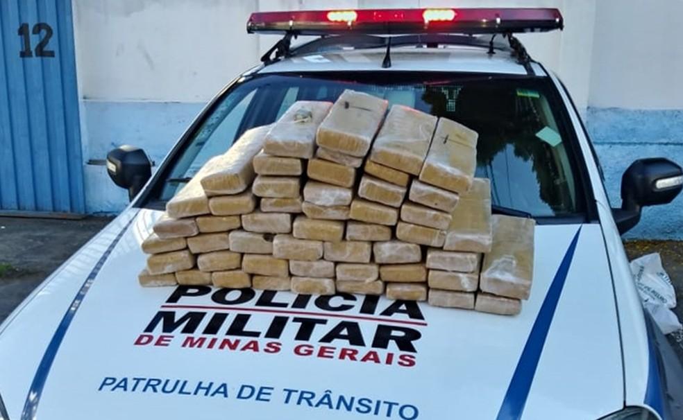 Homem é preso com 45 kg de maconha depois de fugir de fiscalização em Itajubá (MG) — Foto: Polícia Militar