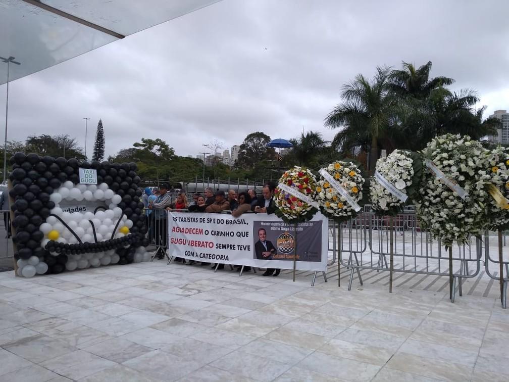 Grupo de taxistas homenageiam Gugu que teve um quadro como taxista em programa de teelvisão — Foto: Laís Modelli/G1