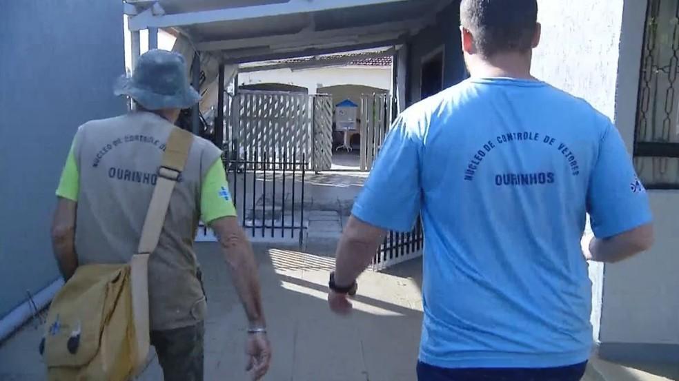 Agentes da Vigilância em Saúde de Ourinhos intensificaram as buscas por novos focos do mosquito — Foto: TV TEM/Reprodução