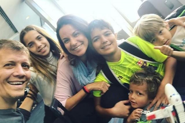 Robert Milk e Mina Nercessian com os filhos, Matteo, Ana Luiza, Marcelo e Lucas (Foto: Reprodução/Instagram)