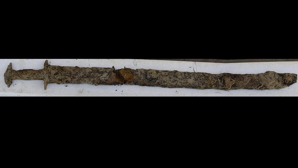Garota de 8 anos encontra espada da era pré-viking de 1,5 mil anos em lago na Suécia