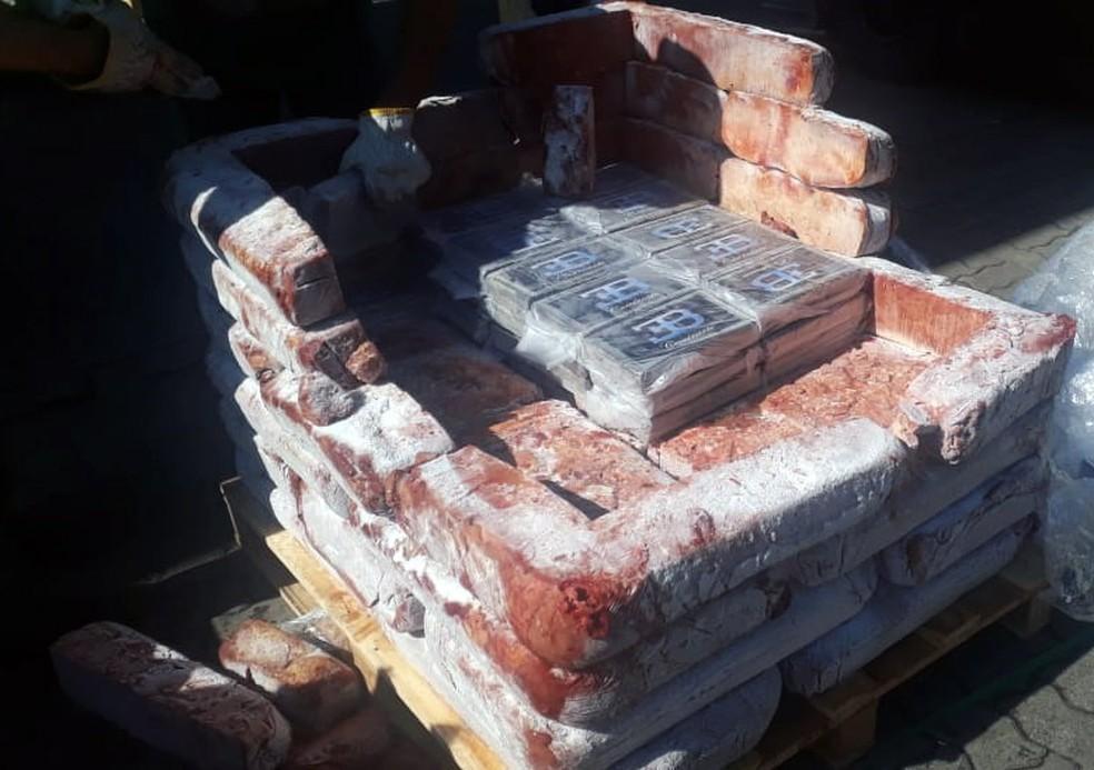 Tabletes de cocaína em carga de frango no Porto de Santos, SP, em julho — Foto: Divulgação/Receita Federal