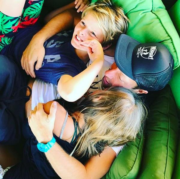 O cantor Chris Martin com seus dois filhos com a atriz Gwyneth Paltrow (Foto: Instagram)
