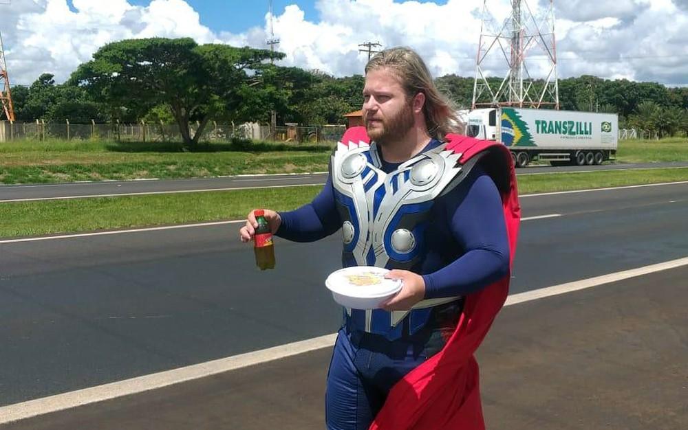 Vestido de Thor, fisioterapeuta entrega marmitas a caminhoneiros na Rodovia Anhanguera em Orlândia (SP) — Foto: Gabriel Grasi/Acervo pessoal