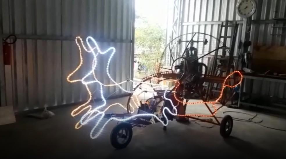 Trike com renas iluminadas voa pelo céu de Biguaçu — Foto: Agnaldo João Nau/Divulgação