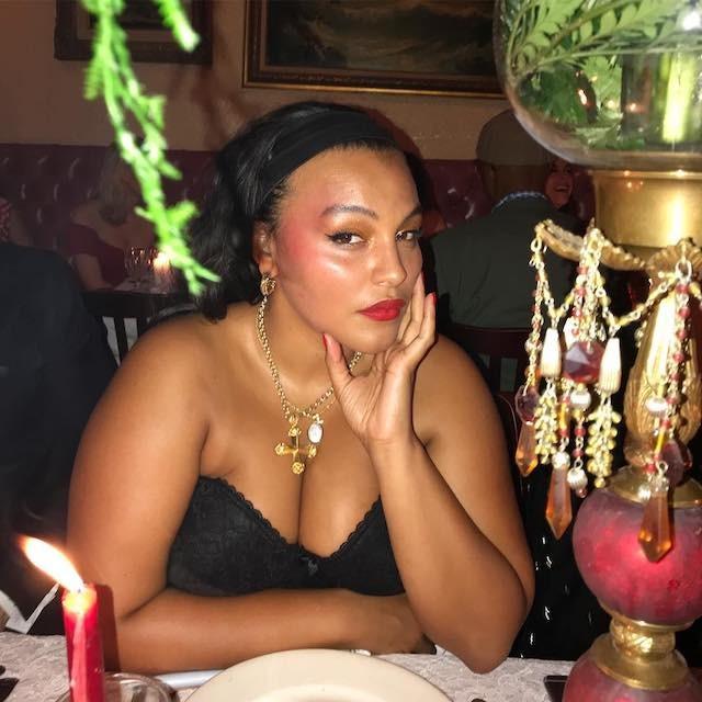 Paloma leva para o look de festa o blush vermelho marcando as têmporas. O visual ultraglam ganha ainda mais destaque com pele viçosa, batom vermelho e sombra dourada. (Foto: Instagram Paloma Elsesser/ Reprodução)