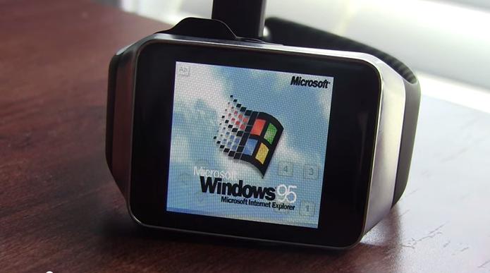 Hacker mostra relógio rodando o finado Windows 95 (Foto: Reprodução/YouTube)
