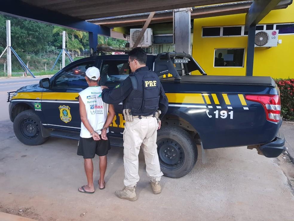 Idoso no dia em que foi flagrado pela PRF ao sair de um motel com criança de 11 anos em Ji-Paraná — Foto: PRF/Divulgação