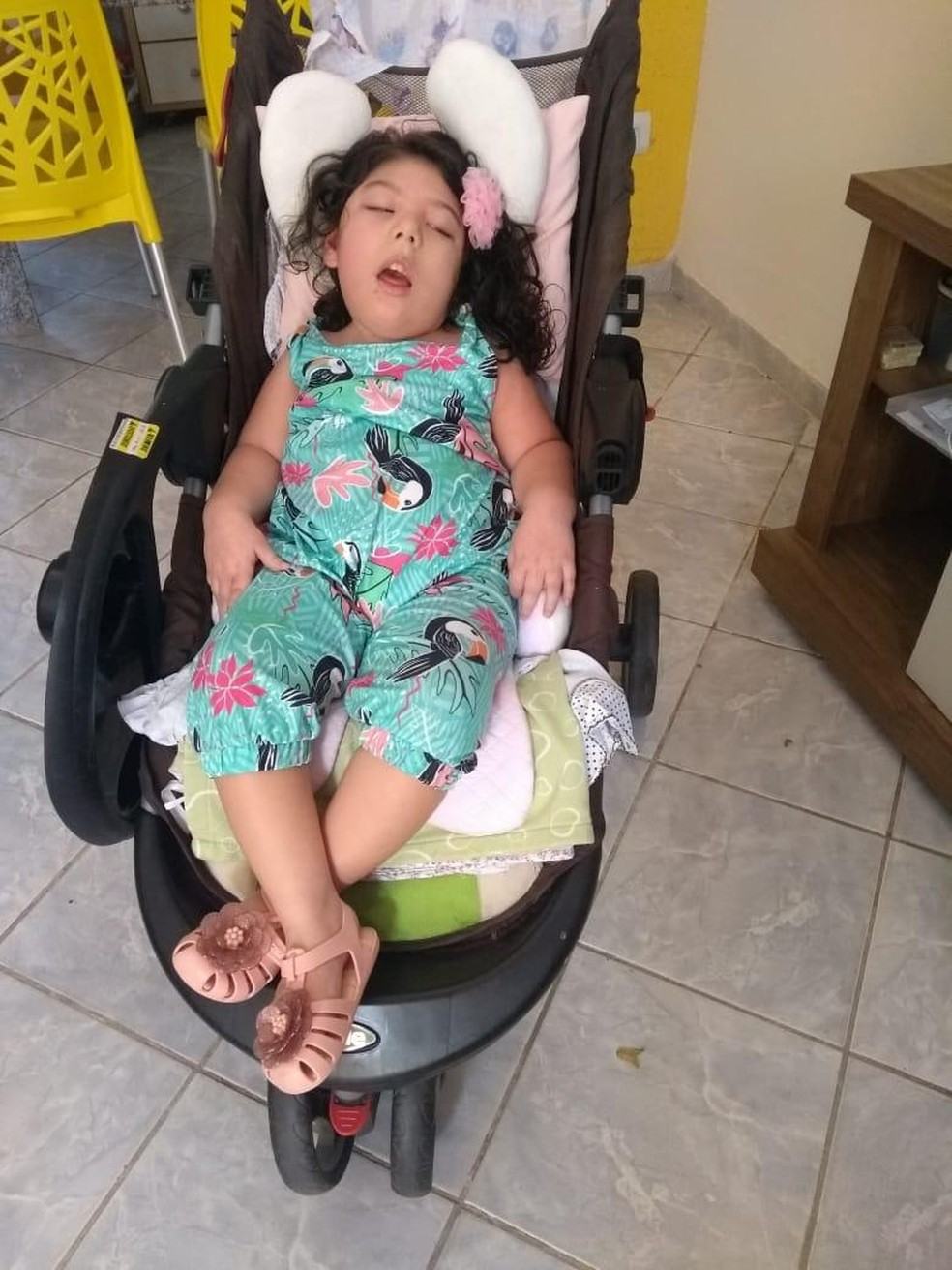 A cearense Clarice Carvalho, aos quatro anos de idade, já foi sumetida a 23 procedimentos cirúrgicos  — Foto: Arquivo Pessoal