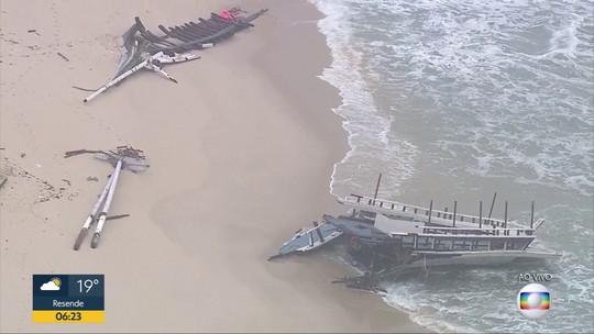 Só sobrou parte do costado da escuna que naufragou na sexta-feira (4), na Barra da Tijuca
