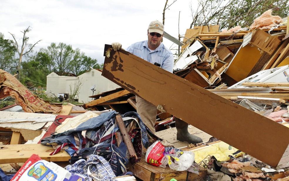 Tempestades no sul dos Estados Unidos deixaram pelo menos oito pessoas mortas e várias feridas neste domingo (14). — Foto: AP Photo/Jim Lytle
