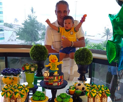 Os 10 meses do pequeno Lucca, no colo do avô: tema Seleção Canarinho (Foto: Reprodução / Instagram)