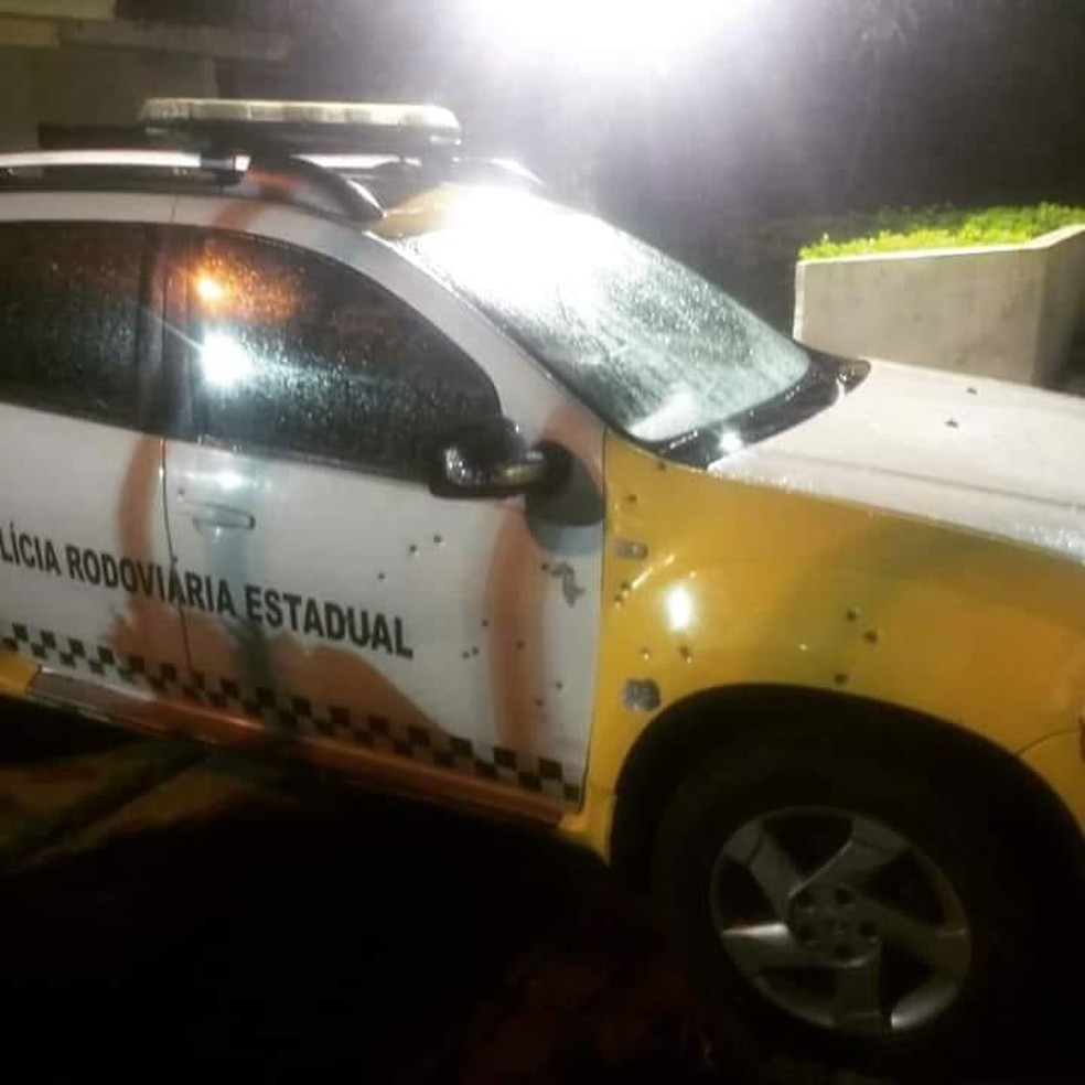 Bandidos atiraram em viatura do CPRE na fuga. (Foto: Divulgação/PM)
