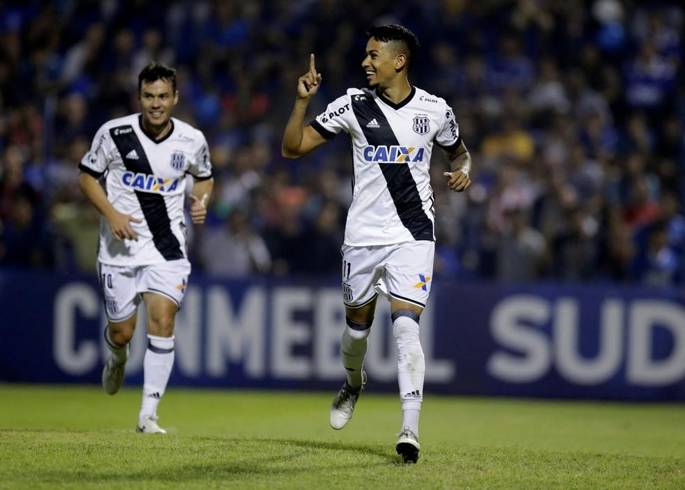 Lucca comprovou a fase iluminada e fez mais dois gols nesta quarta: já são 20 na temporada!  (Foto: Jorge Adorno/Reuters)