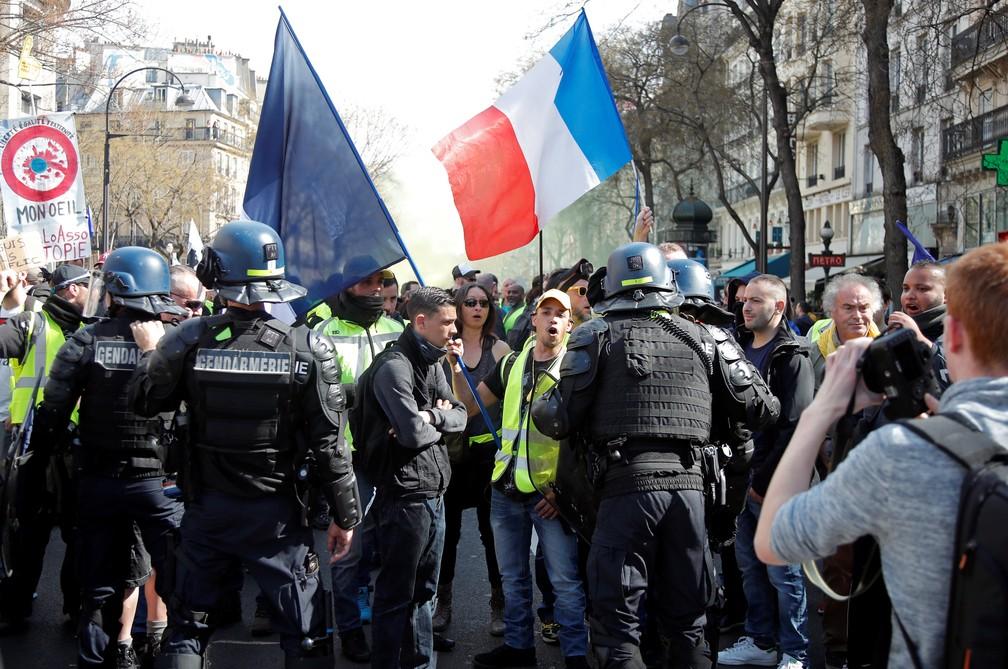 'Coletes amarelos' protestam em Paris, mesmo após protestos terem sido banidos pela polícia em alguns lugares — Foto: Charles Platiau/Reuters