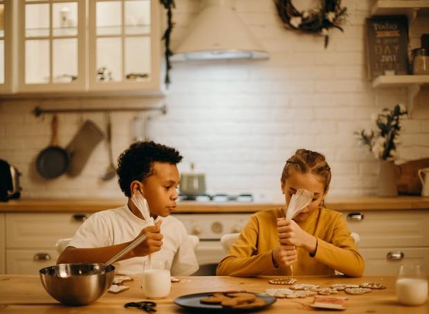 Chamar as crianças para a ajudar a cozinhar é uma maneira de passar o tempo durante a quarentena contra o coronavírus (Foto: Pexels/Creative Commons)