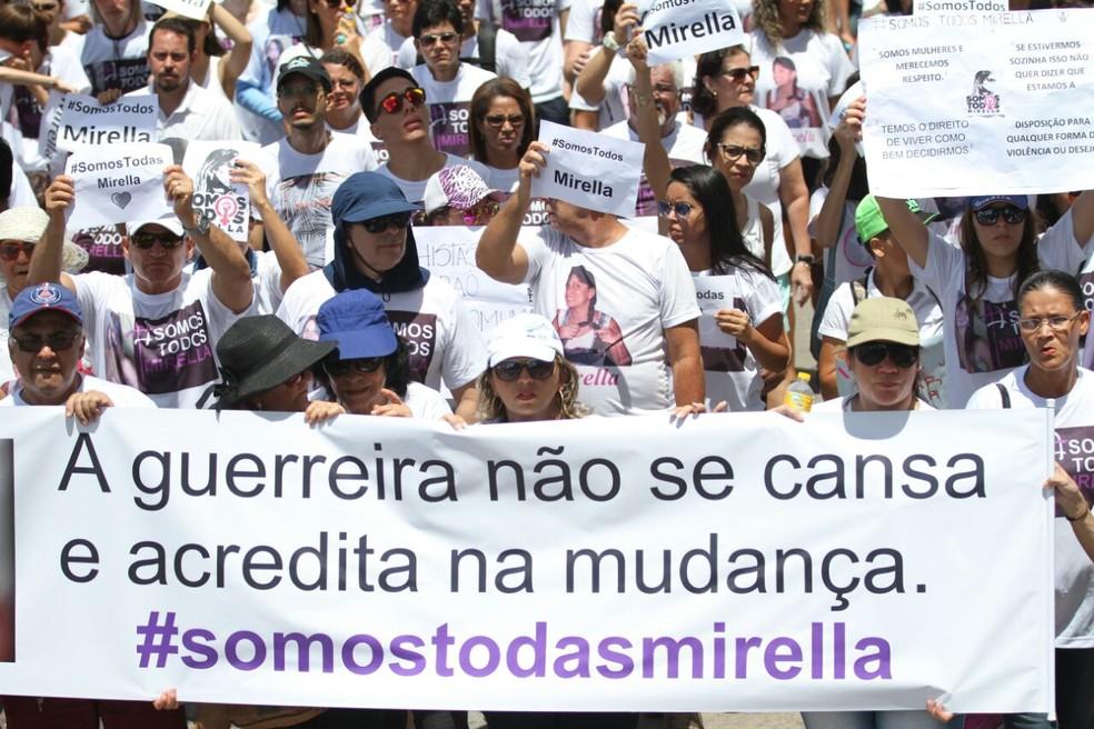Parentes e amigos de Mirella levaram faixas para a orla do Recife (Foto: Marlon Costa/ Pernambuco Press)