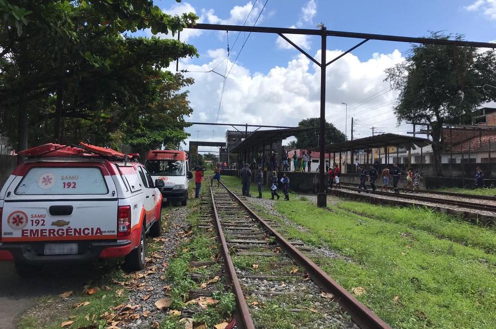 Cicom informou que passageiros ficaram feridos ao pularem do trem — Foto: Camila Oliveira/TV Bahia