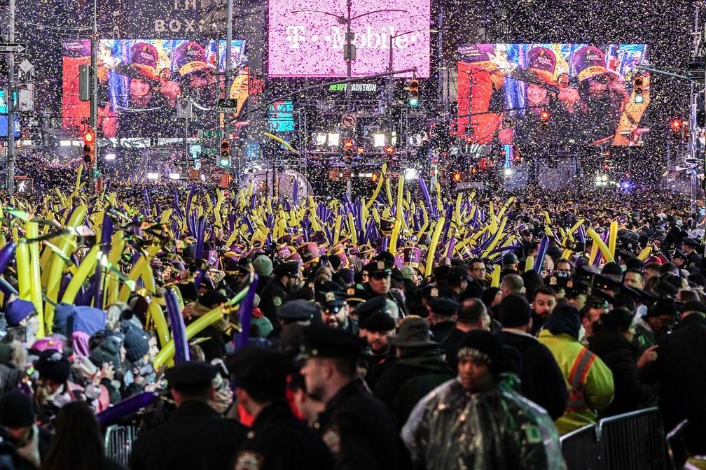 2020 chega com animação do público na Times Square em Nova York — Foto: REUTERS/Jeenah Moon