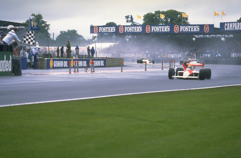 Senna recebe a bandeirada do GP da Inglaterra de 1988 — Foto: Getty Images