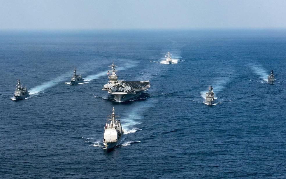 Porta-aviões USS Carl Vinson, em foto de arquivo, de 28 de março, em exercício no Oceano Pacífico, que Trump disse que enviará para a Coreia do Norte (Foto: Matt Brown / US Navy / via AFP Photo)