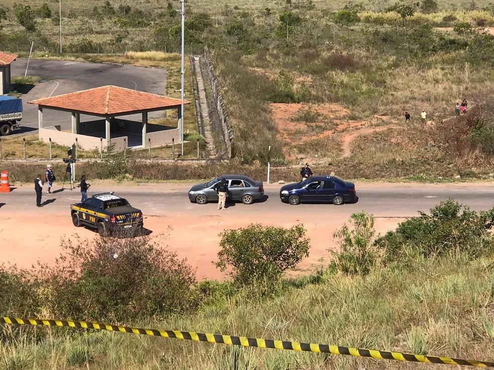 Veículos civis tiveram passagem autorizada para emergências médicas e/ou compra de remédios — Foto: Alan Chaves/G1 Roraima