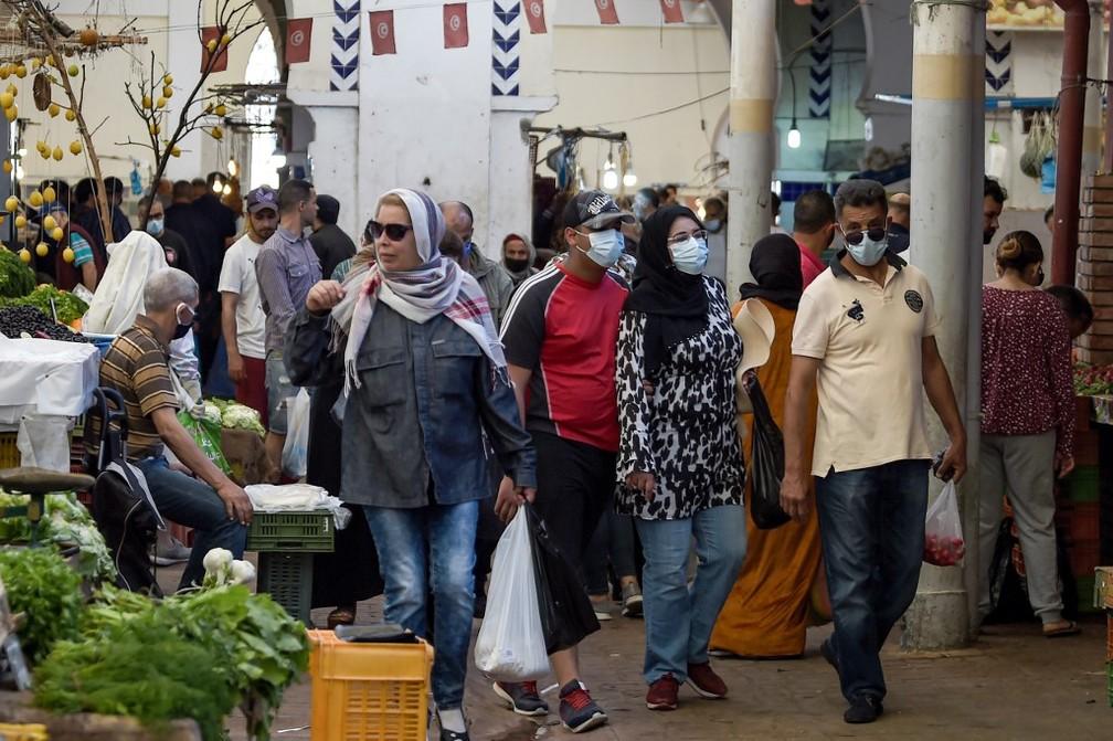 Clientes em mercado de Túnis, capital da Tunísia, em 4 de maio de 2020 — Foto: Fethi Belaid / AFP