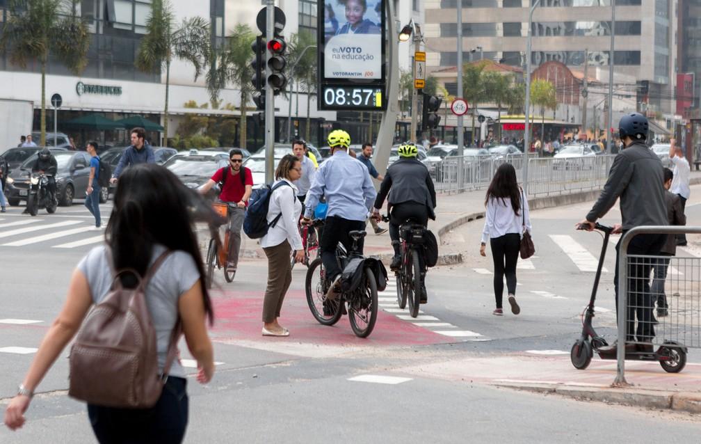 Bicicletas e patinetes convivem com demais veículos e com pedestres em São Paulo. Serviços de compartilhamento se espalharam pelo Brasil — Foto: Marcelo Brandt/G1