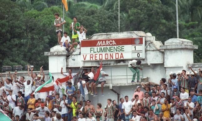 Torcida atrás do gol, junto ao placar, em 1993
