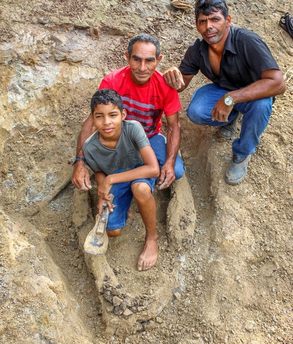 Criança pescava com o pai quando viu que tinha algo enterrado às margens do Rio Acre, em Brasileia — Foto: Arquivo pessoal/Raylanderson Frota