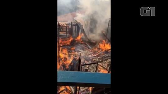 Incêndio destrói casa de madeira no bairro Sertãozinho em Santo Antonio Pinhal, SP