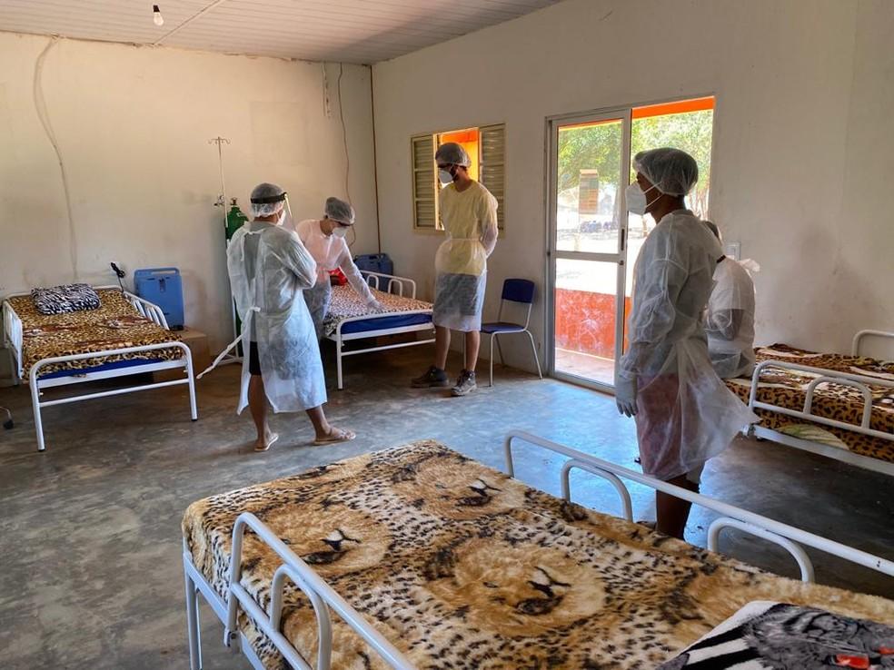 Imagem interna de leitos improvisados por povo Kuikuro, no Alto Xingu — Foto: Arquivo Pessoal