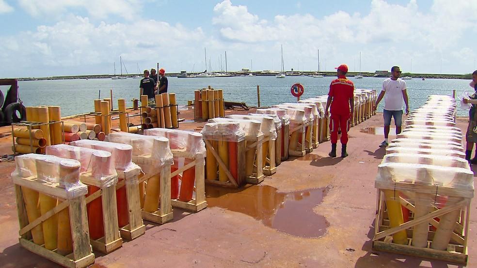 Fogos de artifício da festa de réveillon do Recife são lançados a partir de três balsas em alto mar — Foto: Reprodução/TV Globo