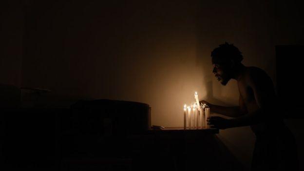Moradores ficaram dias sem eletricidade após uma forte chuva no Rio no fim do ano (Foto: Fabio Teixeira/BBC News Brasil)