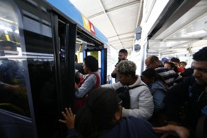Com frota reduzida, população disputa espaço no BRT, no Rio