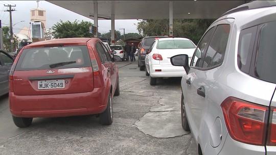 Após furar bloqueio, carreta abastece posto de combustível e provoca longas filas em Florianópolis