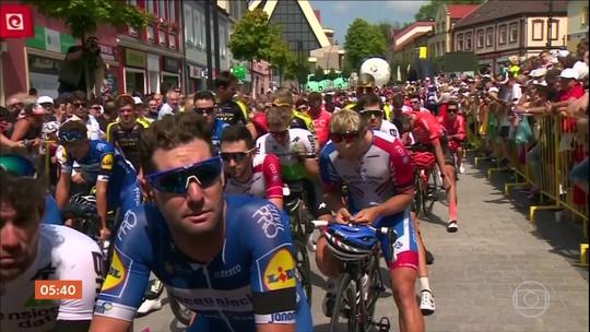 Ciclistas que participaram da volta da Polônia homenageiam atleta morto