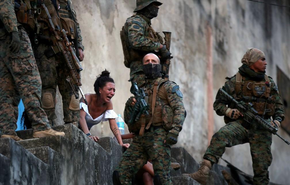 Juliana, grávida de quatro meses, reage diante do corpo do marido Davi Barboza, que foi baleado no Complexo de São Carlos, no Rio de Janeiro, durante operação policial após pesados confrontos entre gangues de traficantes, em 27 de agosto  — Foto: Ricardo Moraes/Reuters