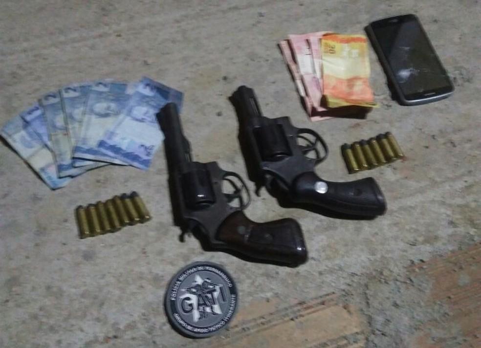 Armas foram apreendidas com os suspeitos (Foto: Divulgação/Polícia Militar)
