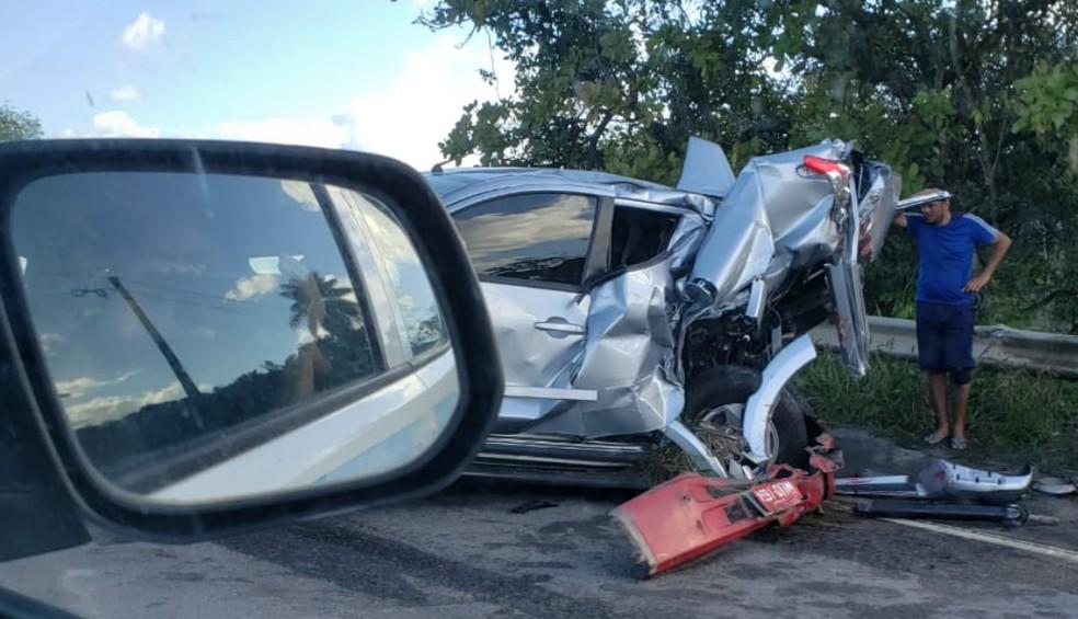 Carro ficou com a parte traseira destruída, em acidente com caminhão, na BR-101 Norte, em Itapussima, no Grande Recife — Foto: Jobson Guerra/WhatsApp
